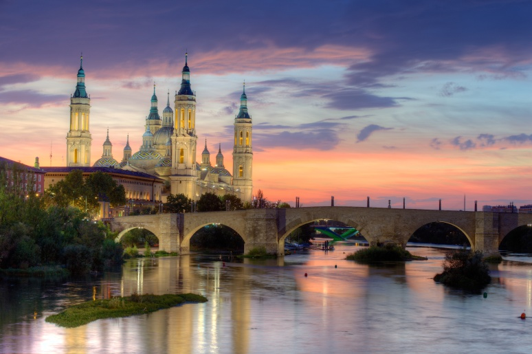 Basilica_of_Our_Lady_of_the_Pillar_and_the_Ebro_River,_Zaragoza wikipedia commons free use must quote author